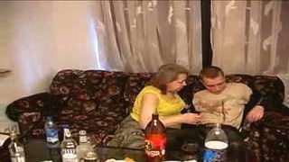 Anne ve kız lezbiyenler yatakta sert sevişiyor